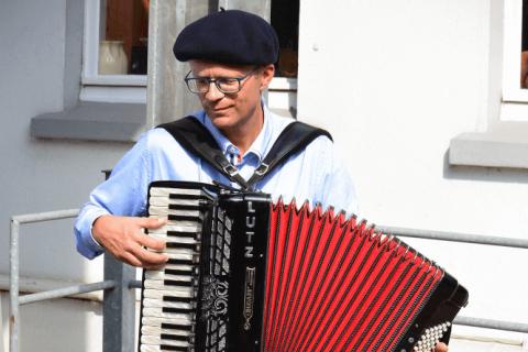 Avec Plaisir - Accordéoniste und Chansonnier (4)