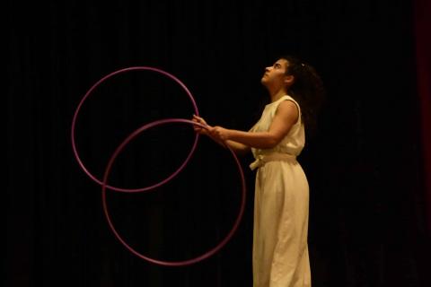 Berlins-Hoop-und-Zirkusartistin-12