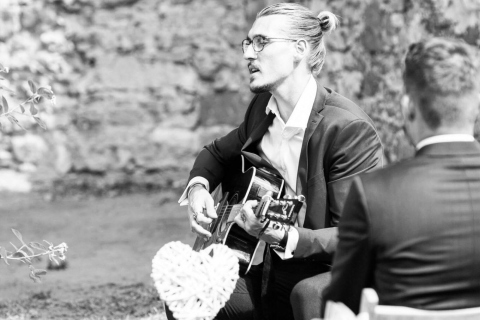 Der-gefühlvolle-Sänger-mit-Gitarre-aus-Berlin-2