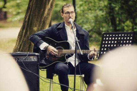 Der-gefühlvolle-Sänger-mit-Gitarre-aus-Berlin-9