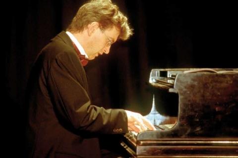Der Pianist mit Miniflügel (1)