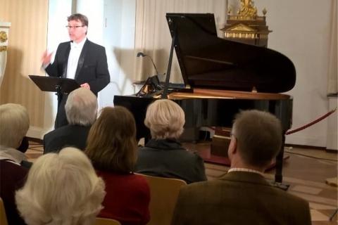 Der Pianist mit Miniflügel (5)