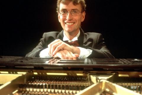 Der Pianist mit Miniflügel (8)