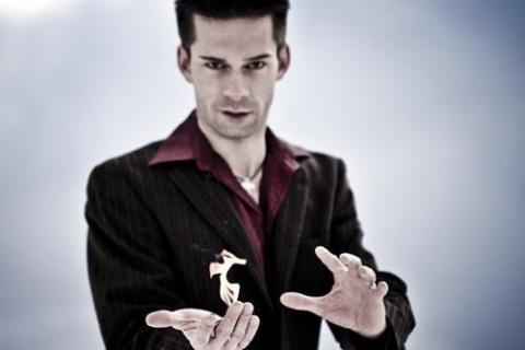 Die beeindruckende Illusionsshow vom Magier und seinen Assistentinnen (1)