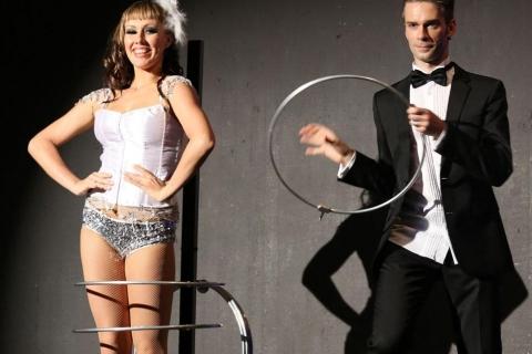 Die beeindruckende Illusionsshow vom Magier und seinen Assistentinnen (10)