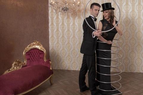 Die beeindruckende Illusionsshow vom Magier und seinen Assistentinnen (12)
