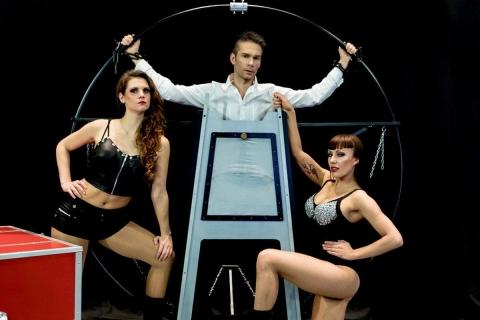 Die beeindruckende Illusionsshow vom Magier und seinen Assistentinnen (4)