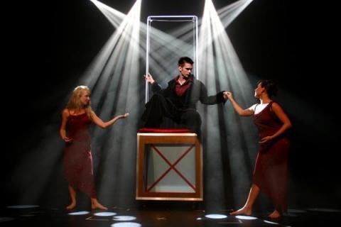 Die beeindruckende Illusionsshow vom Magier und seinen Assistentinnen (5)