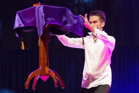Die beeindruckende Illusionsshow vom Magier und seinen Assistentinnen (9)