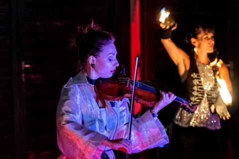 Die-grossartige-Violin-und-Feuer-Show-3