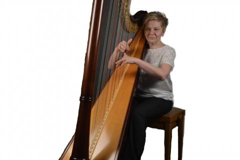 Die vielseitige Harfenistin Krystyna  (4)