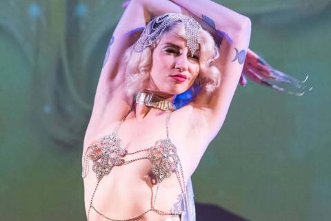 Die-vielseitige-Tänzerin-und-Showkünstlerin-aus-Köln-11