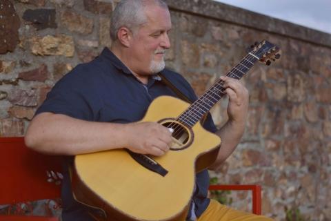 Eine Gitarre wie ein Orchester • Gitarrist und Sänger (2)
