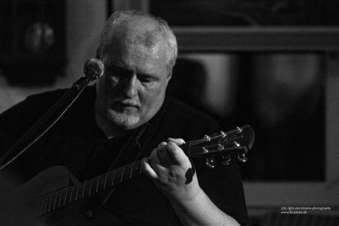 Eine Gitarre wie ein Orchester • Gitarrist und Sänger (3)