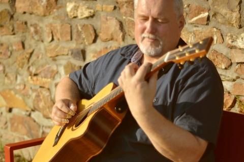 Eine Gitarre wie ein Orchester • Gitarrist und Sänger (5)