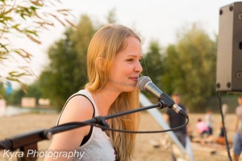 Gefühlvolle Sängerin mit Klavierbegleitung (1)