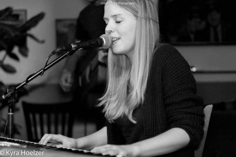 Gefühlvolle Sängerin mit Klavierbegleitung (3)