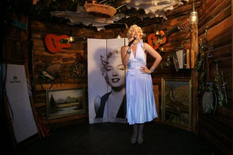 Marilyna-•-Marilyn-Monroe-Double-5