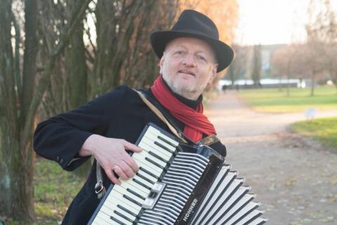Piano-Entertainer-•-Dienstleister-und-Künstler-am-Klavier
