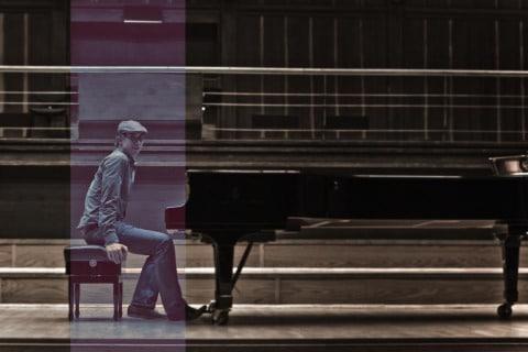 Sänger-Dom-mit-Gitarre-oder-Klavierbegleitung-1