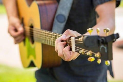 Sänger-Dom-mit-Gitarre-oder-Klavierbegleitung-4