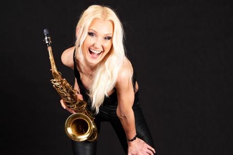 Saxophonistin Aretha aus Dresden (1)
