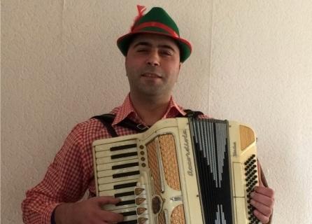 Virtuoser Akkordeonist Florian aus dem Westen (2)
